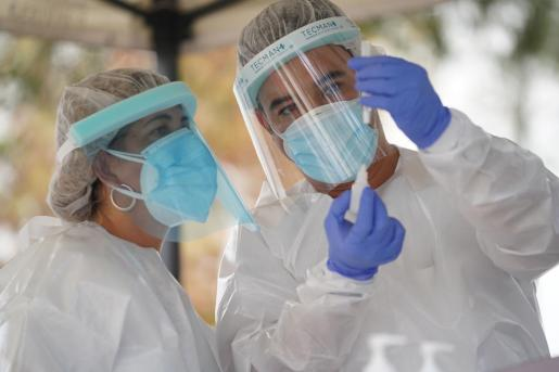 Sanitarios realizando pruebas de antígenos en Ibiza.
