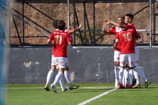 Jugadores del CD Ibiza celebran un gol durante el partido contra el Soller.