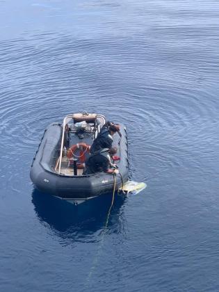 Efectivos de la Armada con el robot que halló la avioneta.