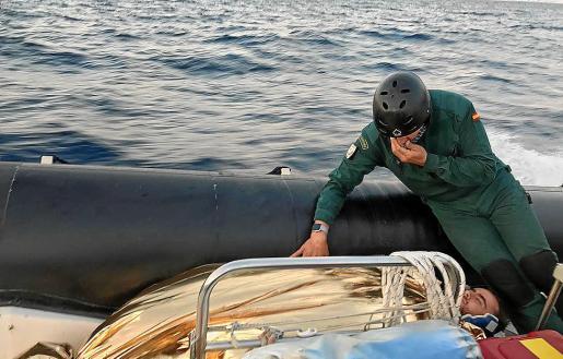 Un miembro del GEAS atiende al joven herido durante la evacuación por mar.