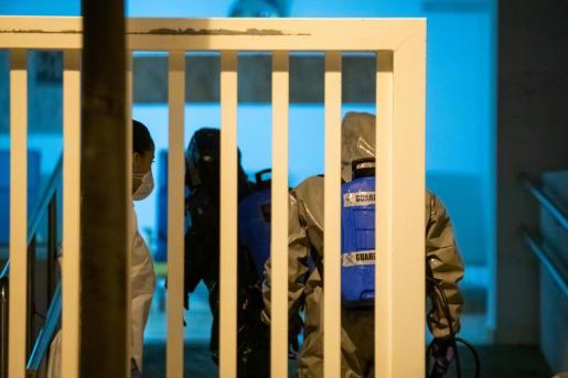 La Guardia Civil, procediendo a la desinfección de la residencia Reina Sofía el mes pasado.