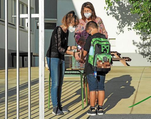 Un joven estudiante a la entrada del CEIP Santa Gertrudis.