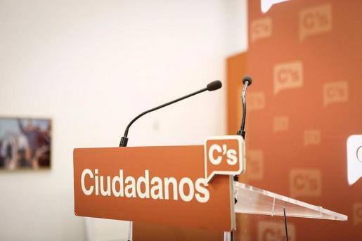 El logo de Ciudadanos en un atril de una sala de prensa.