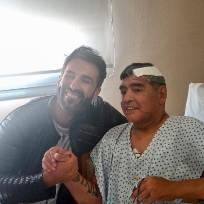 Diego Maradona junto a su médico de cabecera, el neurocirujano Leopoldo Luque, en la clínica Olivos de la localidad bonaerense de Olivos.