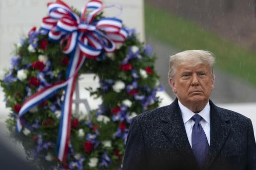 El presidente Donald Trump reapareció ayer en el Día de los Veteranos en una ceremonia en el cementerio de Arligton.