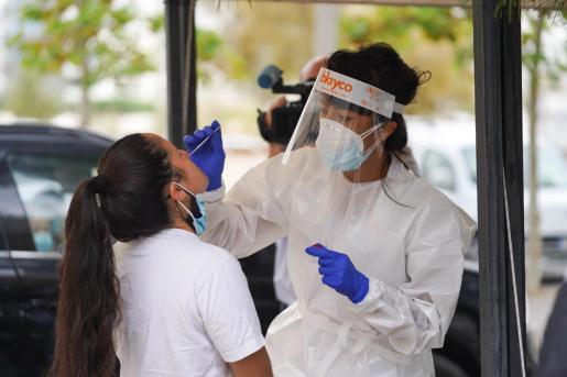 Personal sanitario realiza una prueba de antígenos en Ibiza.