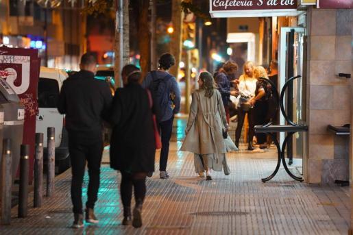 Un grupo de personas en una calle de la ciudad de Ibiza.