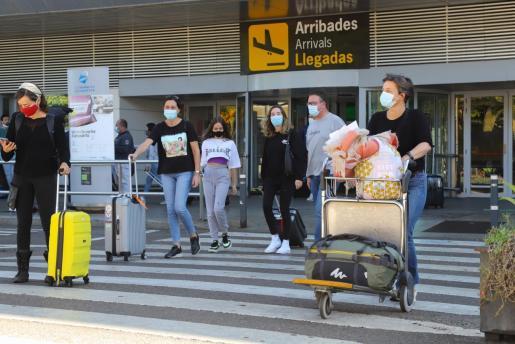 Llegada de viajeros al aeropuerto de Ibiza.