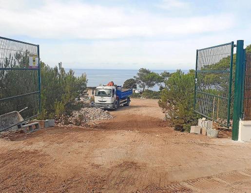 Imagen de uno de los accesos a la parcela, ahora totalmente vallada.