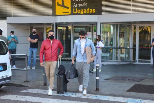 Llegada de pasajeros al aeropuerto de Ibiza.