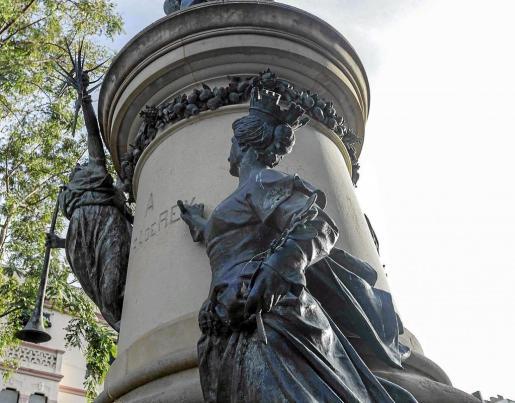 Estatua del paseo de Vara de Rey.