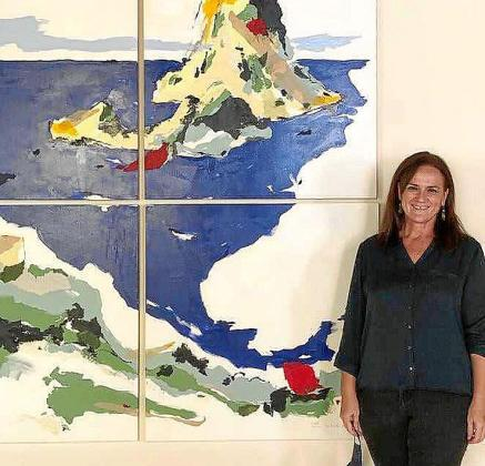 La artista ibicenca junto a una de sus obras de Des de la mar en Es Verger.