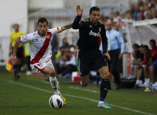 Cristiano Ronaldo (derecha) pelea por un balón con el jugador del Rayo Javier Fuego.