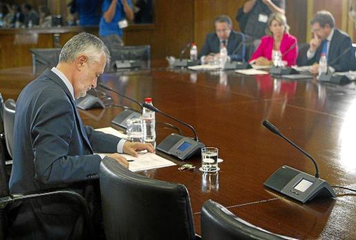 Griñán, presidente de la Junta de Andalucía, momentos antes de comenzar su comparecencia.