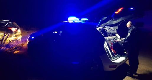 Un agente de la Policía Local de Sant Josep comprueba la documentación de un conductor interceptado de madrugada.