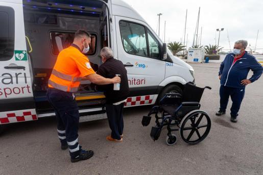 Los pacientes de Formentera, que necesitan tratamiento de diálisis, a su llegada al puerto de Ibiza.