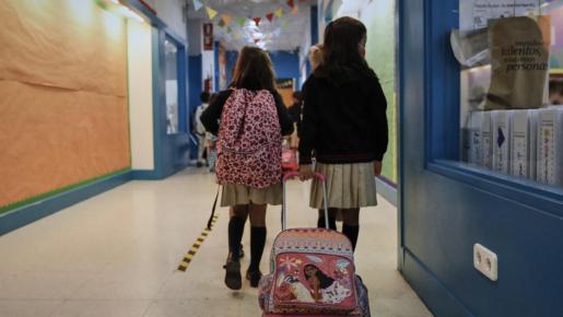Alumnos y profesores siguen protocolos para evitar contagios de coronavirus.