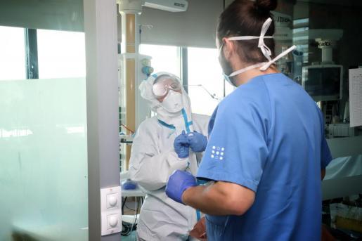 El papel de los profesionales sanitarios está siendo fundamental para frenar la pandemia de COVID-19.