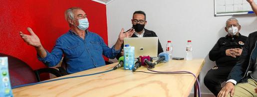 Toni 'Moreras', a la izquierda del todo, reacciona con cierta desilusión tras conocer que le CD Ibiza se medirá al Sabadell.