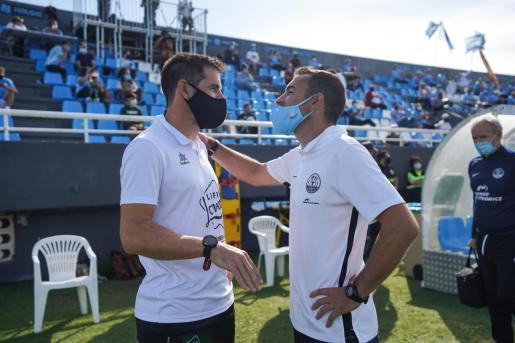 Juan Carlos Carcedo junto con el entrenador del Atzeneta, David Albelda, en la previa del partido disputado en la anterior jornada.