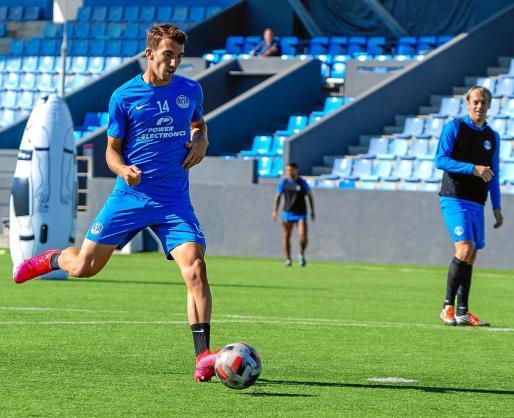 Javi Pérez se prepara para golpear el balón ante la atenta mirada de Javi Lara en la sesión de entrenamiento de ayer.