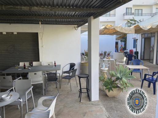 Distribución de las mesas con las bebidas que estaban consumiendo los clientes del bar clandestino.