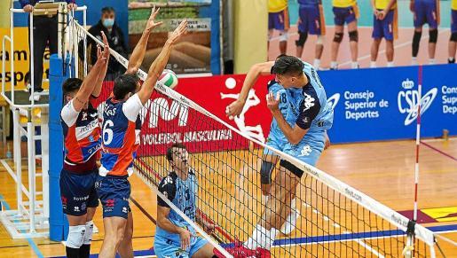 Un instante del encuentro entre la UD Ibiza-Ushuaïa Volley y el Boiro.