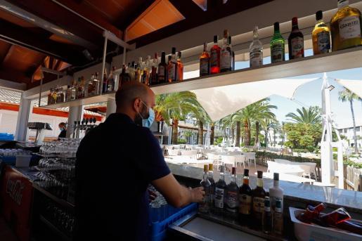Un camarero atiende en un bar.