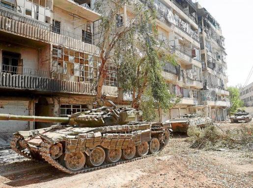 Rebeldes sirios muestran algunos tanques que han arrebatado a las fuerzas leales al régimen que preside Al Asad.