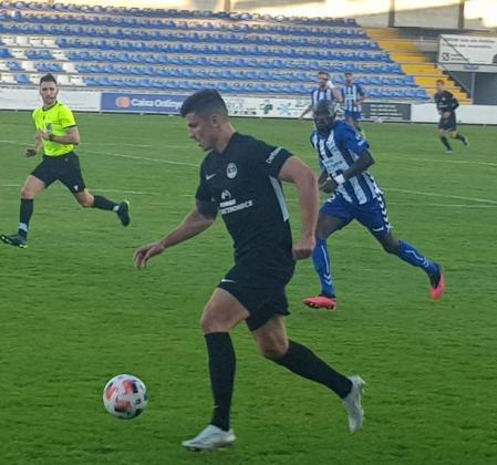 Castel conduce el balón perseguido por un jugador del Alcoyano.