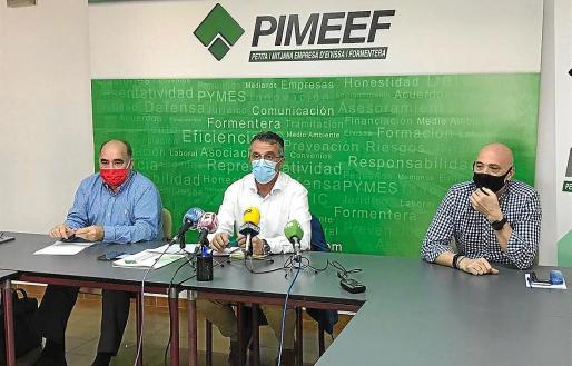 El presidente de la Pimeef, Alfonso Rojo (en el centro), reveló ayer que diferentes proyectos de construcción con una inversión total de 450 millones de euros «se encuentran paralizados por la lentitud de los ayuntamientos en la concesión de las licencias».