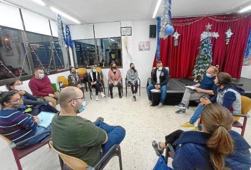 Un momento de la reunión mantenida ayer entre el Ayuntamiento y los residentes de la calle Lugo de Cala de Bou.