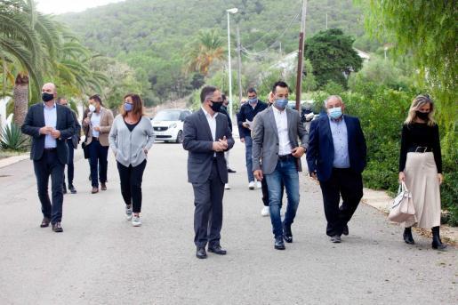 Presidentes y alcaldes se dirigen ayer hacia el local de sa Coma en el que se reunieron para abordar la situación sanitaria.