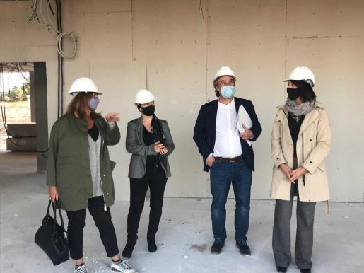 Armengol, Alejandra Ferrer y Martí March visitaron ayer las obras.
