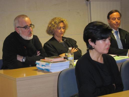 El padre de Asunta, en el juicio por el crimen, sentado detrás de Rosario Porto.