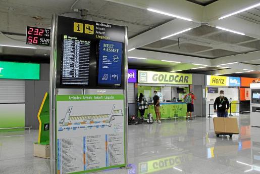 El aeropuerto de Palma estaba prácticamente vacío el pasado martes. La llegada de vuelos, como puede verse en el panel, era escasa.