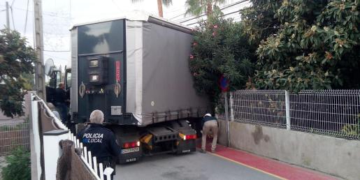 Un camión de gran tonelaje queda atrapado durante 4 horas en un cruce de Puig d'en Valls.