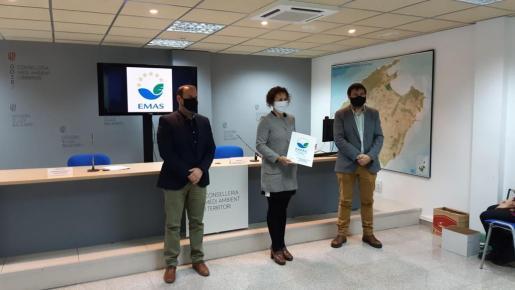 La tercera teniente de alcalde y concejala de Gobernación y Medio Ambiente, Neus Mateu, ha recibido el certificado EMAS de manos del conseller de Medi Ambient i Territori del Govern balear, Miquel Mir, en un acto celebrado en la sede de la conselleria.