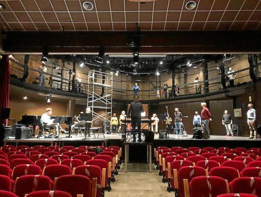 Un momento de los últimos ensayos que ha llevado a cabo el Cor Ciuta t d'Eivissa en el Auditorio de Can Ventosa y en los que se puede ver cómo sus miembros mantienen la distancia de seguridad y usan la mascarilla en todo momento.