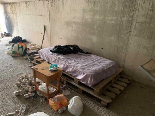 Los agentes que se desplazaron al lugar han encontrado varios colchones, algún electrodoméstico de cocina, una bicicleta, ropa y numerosos restos de basura.