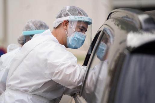 Personal sanitario realizando pruebas de antígenos en Ibiza.