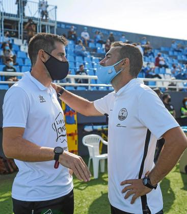 Carcedo, a la derecha, charla con David Albelda antes del último partido en Can Misses.