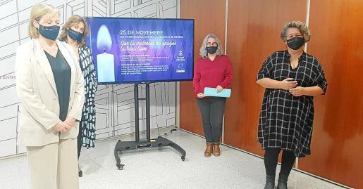 De izquierda a derecha, Belén Alvite, directora del CEPCA, Tonyi Ferrer, directora de l'Oficina de la Dona, la consellera Carolina Escandell y Nadia Banegas, directora del cortometraje 'La Decisión', ayer, en el Consell d'Eivissa.