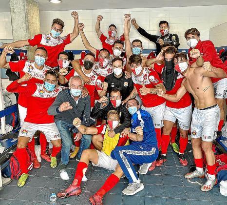 Los integrantes del CD Ibiza celebran la victoria en el vestuario.