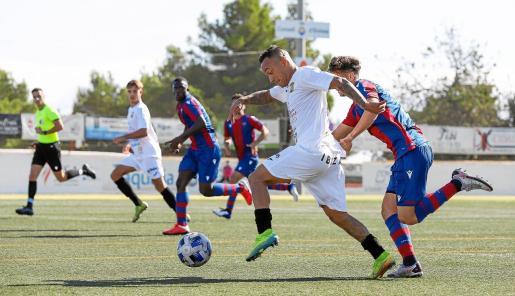 Juancho avanza por el costado izquierdo en una acción del partido entre la Peña Deportiva y el Atlético Levante.