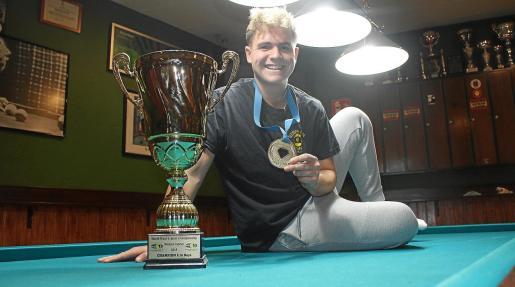 Jonás Souto posa con la copa y medalla del Mundial en una de las mesas del Café-Bar Ilusions Pool.