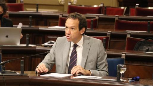 El conseller de Movilidad y Vivienda, Marc Pons, durante la comparecencia parlamentaria.