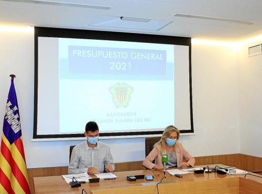 Miguel Tur y Carmen Ferrer, durante la presentación de los presupuestos de Santa Eulària para 2021.