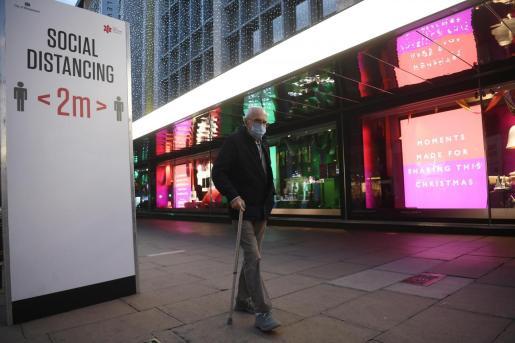 Un hombre pasea por Londres, ya preparada para las fiestas navideñas.