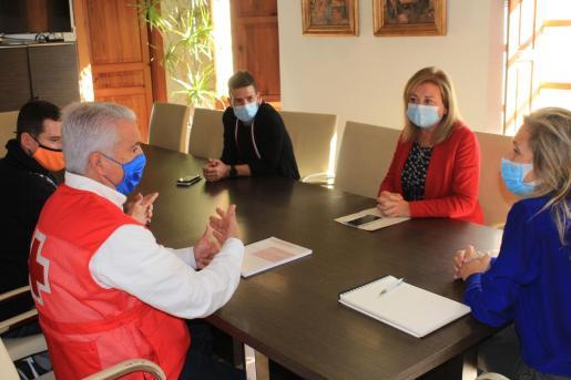 El Ayuntamiento de Santa Eulària ha acogido este martes la presentación de la Memoria del Servicio de Vigilancia y Salvamento en Playas de Cruz Roja.
